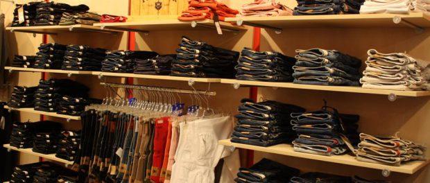 Regalwand mit den neuen Jeans