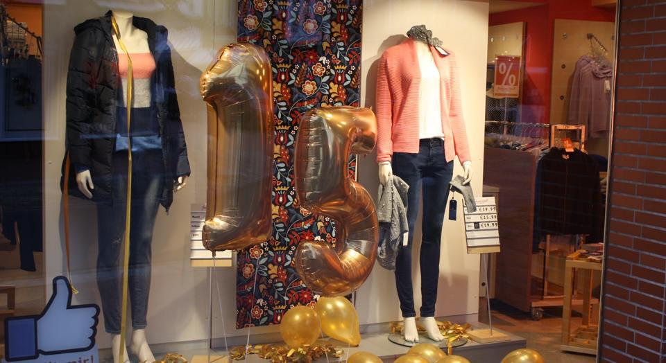 Schaufenster mit 1 m hoher goldener 15