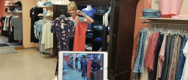 Jenny sucht Sommer-Outfits für unsere Video-Show aus.