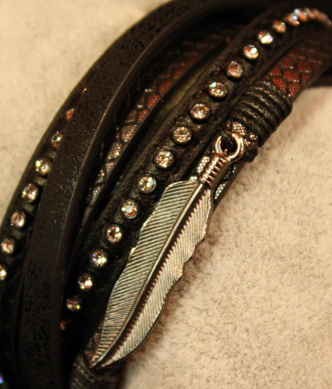 Auffälliges Detail an diesem Armband ist die Feder.