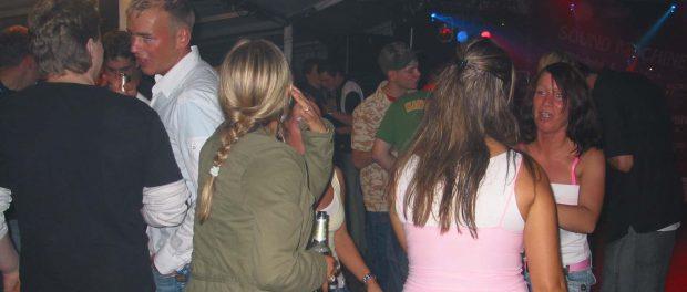 Gab's auch schon: Wir unterstützten eine Zelt-Disco, die Kundinnen mit ihrem Verein durchführten, mit Flyern und Postern.